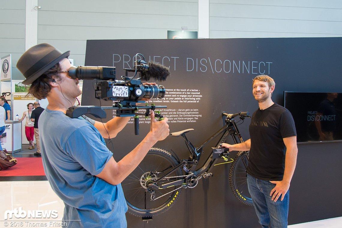 Lorenz Lay während der Vorführung des Projekts Dis\Connect.