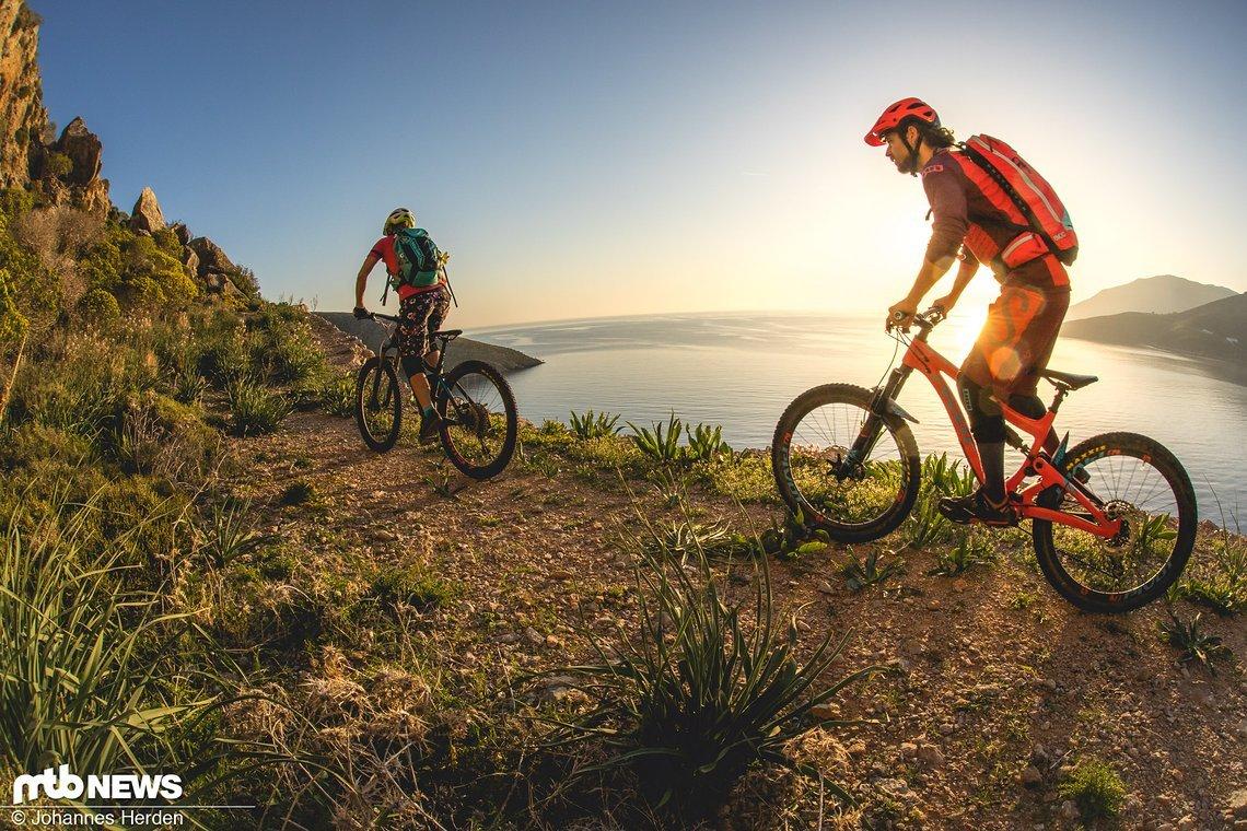 Los geht's. Kleine Uphills führen direkt am Meer entlang, so pedalieren wir eine Weile vor uns hin. Immer parallel zur Sonne
