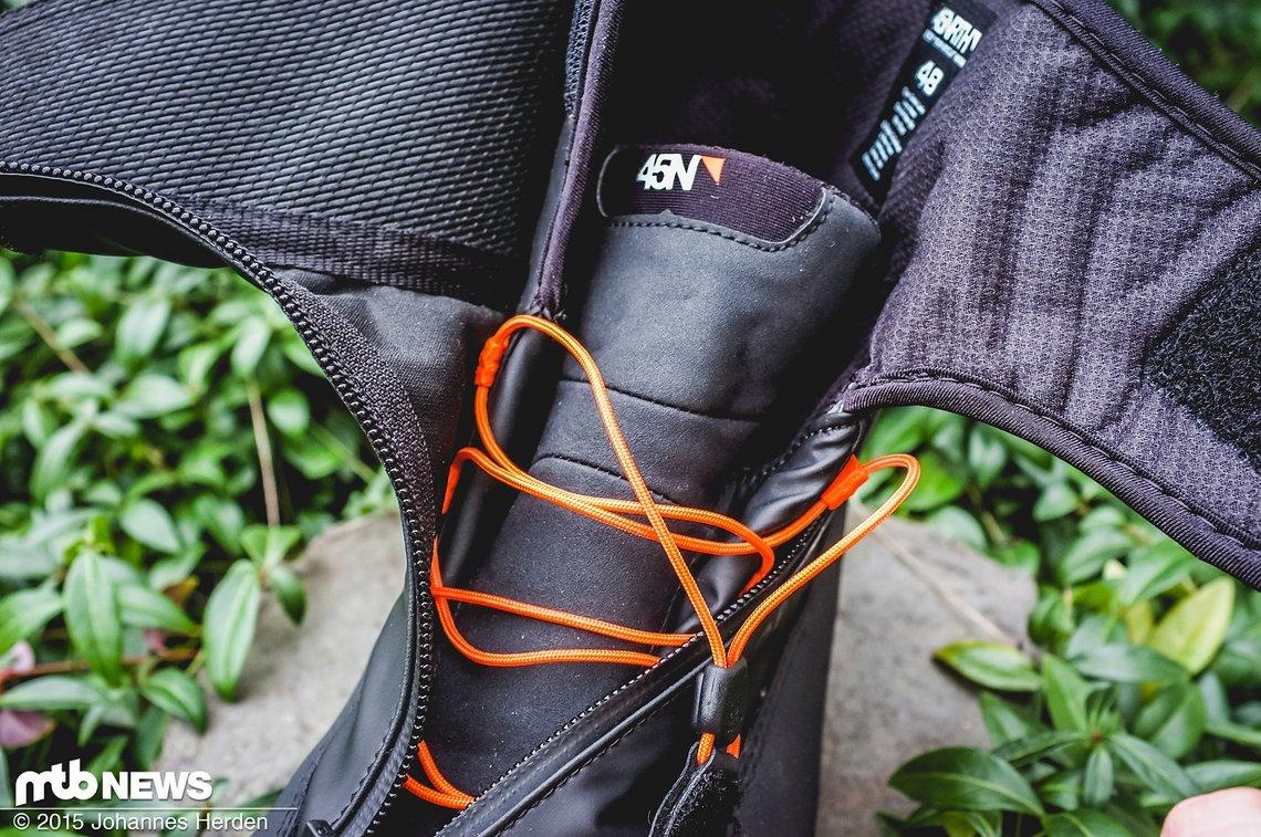 Zunge des Schuhs - der Schnürsenke wird festgezogen und zugeschoben.