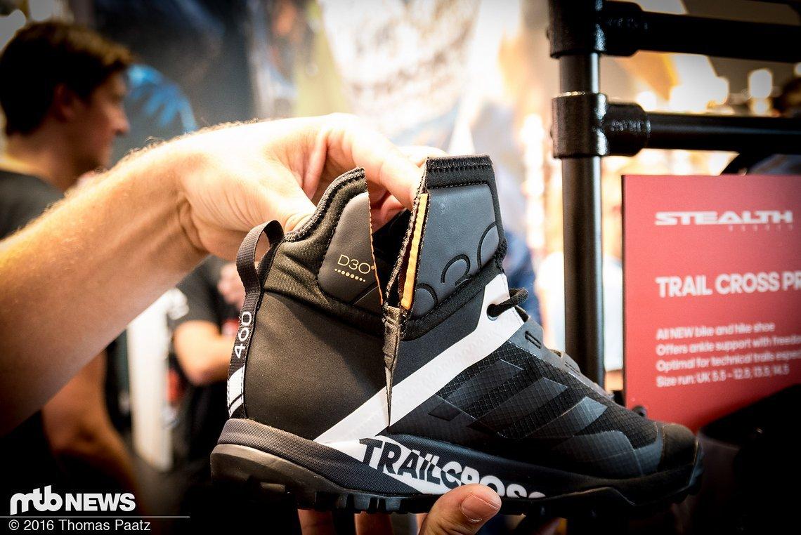 Je zwei D3O-Einsätze je Schuh sollen den Knöchel innen und außen vor schmerzhaften Kontakten schützen, ohne bei der Bewegung störend zu sein.