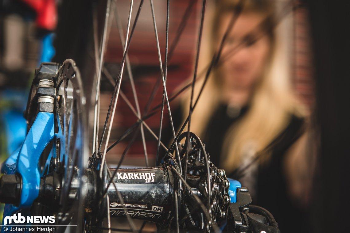 Das DH-Bike von Katrin Karkhof beim Check bei SRAM - inklusive schicker Custom-Laserung der Acros-Naben