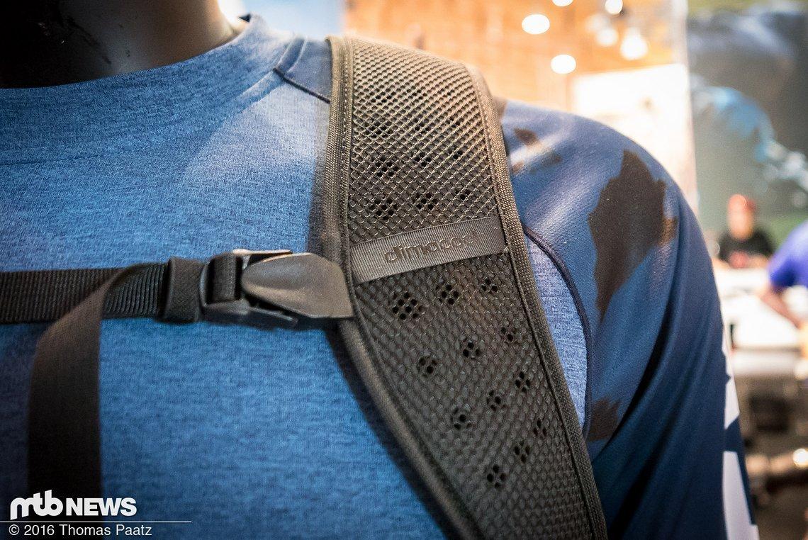 Breite Climacool Träger am Adidas Terrex Trail Cross Rucksack von hinten