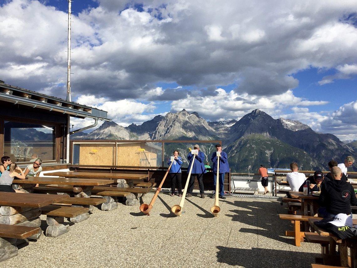 Alphornbläser lassen keinen Zweifel aufkommen: wir befinden uns in der Schweiz, Scuol in Graubünden.