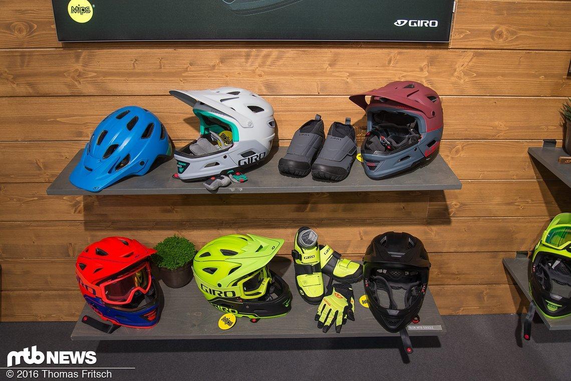 Der Helm ist in diversen Farbvarianten verfügbar und nicht nur optisch seinem größeren Bruder sehr ähnlich