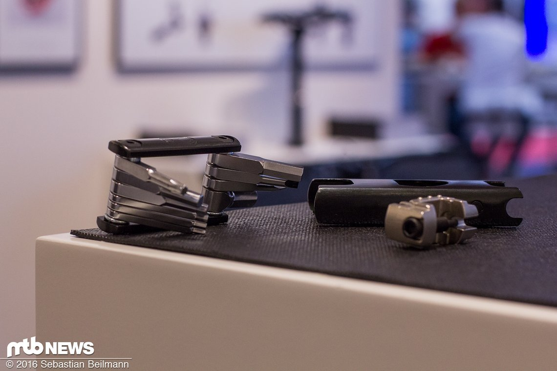 Das f15 Tool kommt mit einem Case, in dem Tool und Kettennieter magnetisch gehalten werden