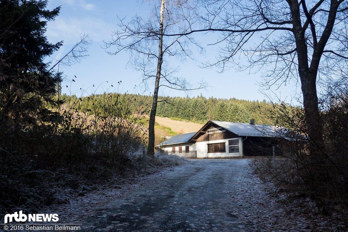 Das Gebäude an der Talstation wird zur Eröffnung noch um ein Stockwerk aufgestockt und bietet Platz für ein Kiosk und den Kartenverkauf