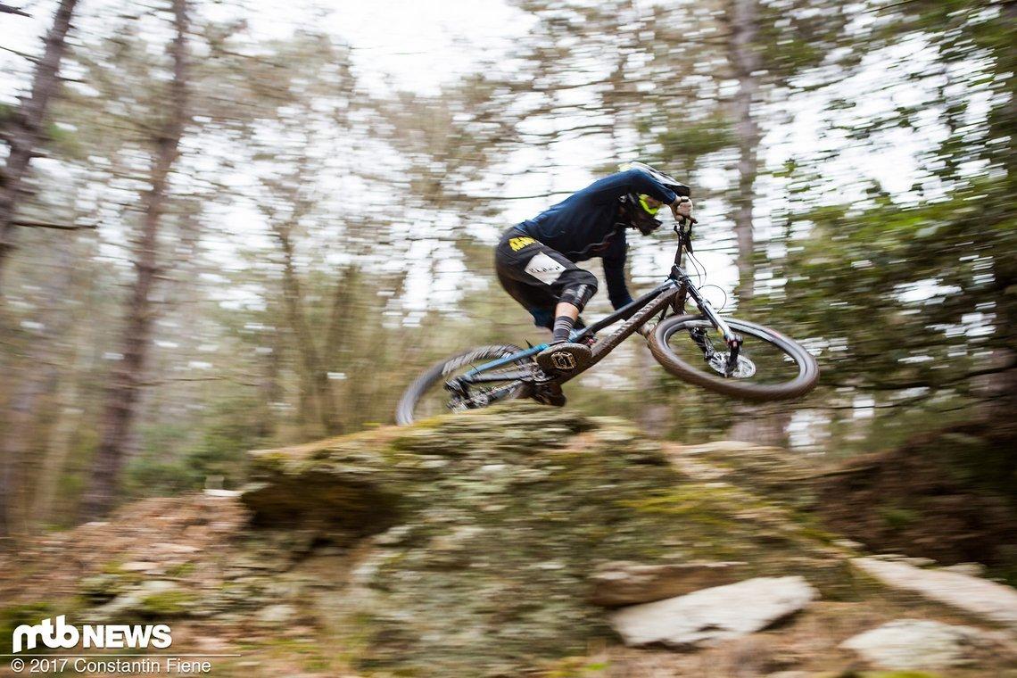 Die SR Suntour Rux ist eine sehr gelungene Downhill-Gabel, die sich vor der Konkurrenz nicht verstecken muss