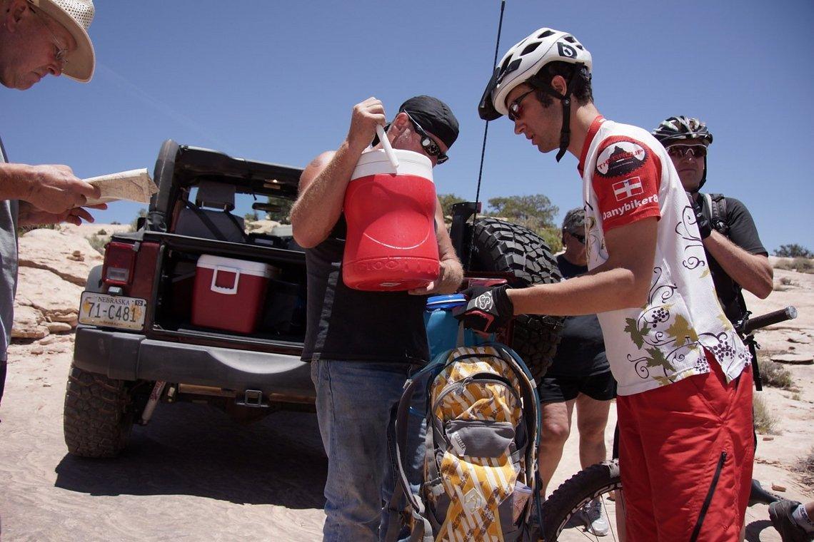 Diesen 4x4-Fahrern verdankten wir 10l Wasser und eiskalte Snickers.