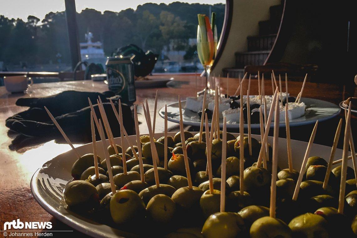 An Deck! Mythos Bier und Oliven gehen immer. Besonders wenn echte Paprika drin ist und keine rote Gallertmasse