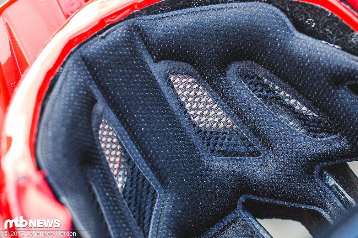 Der Helm ist an der Front mit einem Insektennetz ausgestattet