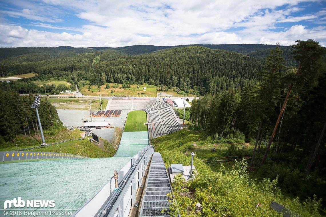 Einen imposanten Ausblick erwartete die Teilnehmer auf Stage 3 in Klingental - neben der Skischanze schlängelte sich die Strecke in Tal