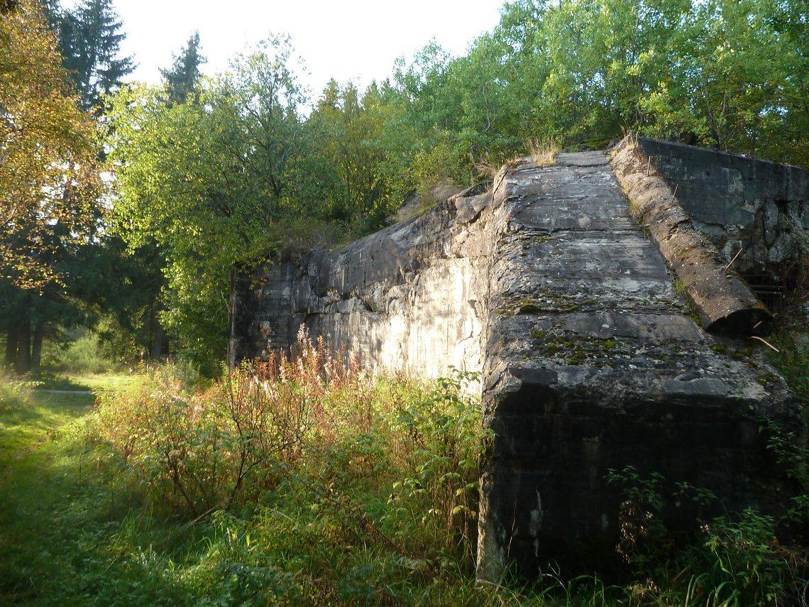 Der Bunker 201,Regelbautyp 107, Doppel-MG-Kassematte im Fuhrtsbachtal ist ein Riesentrümmer von 12,90m x 13,60m. Äußerlich kaum zerstört, doch innen nicht begehbar.