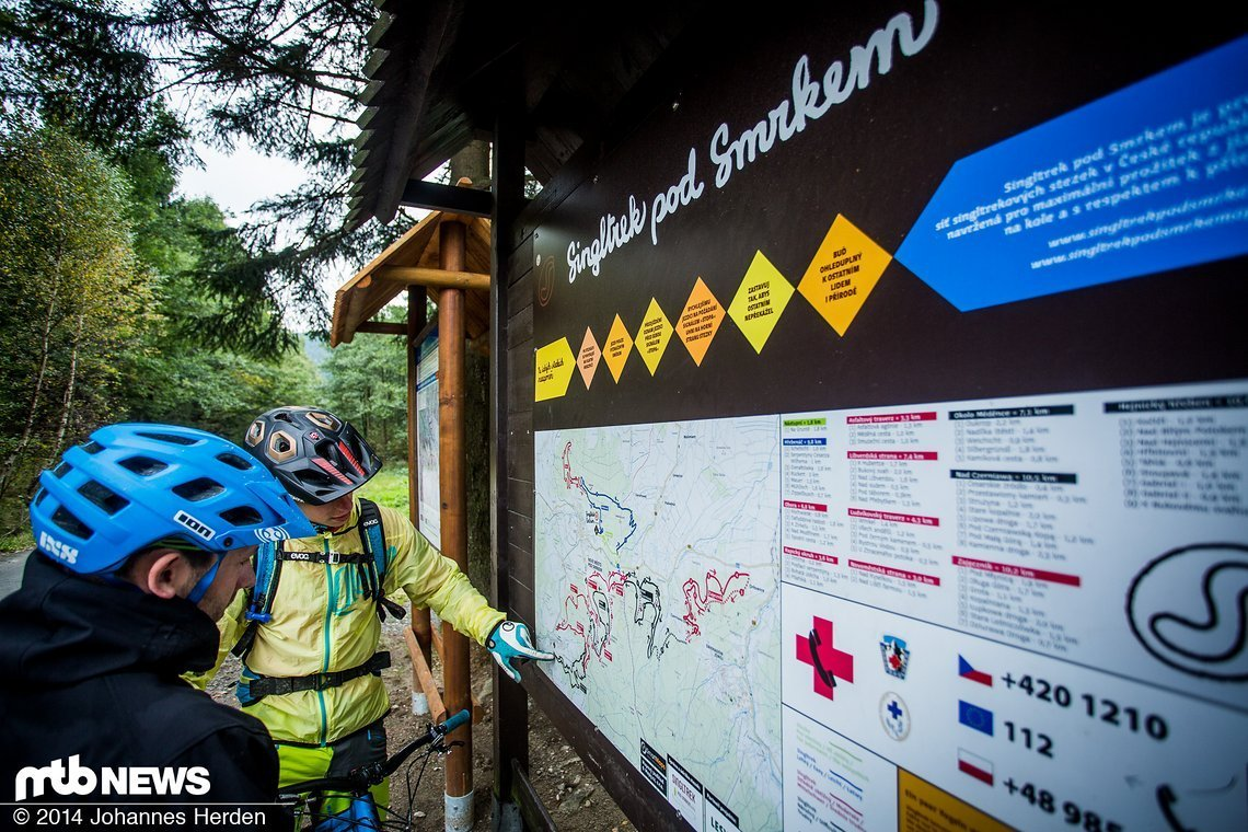 An den wichtigsten Punkten des Trailcenters sind diese großen Tafeln mit allen Trails aufgestellt