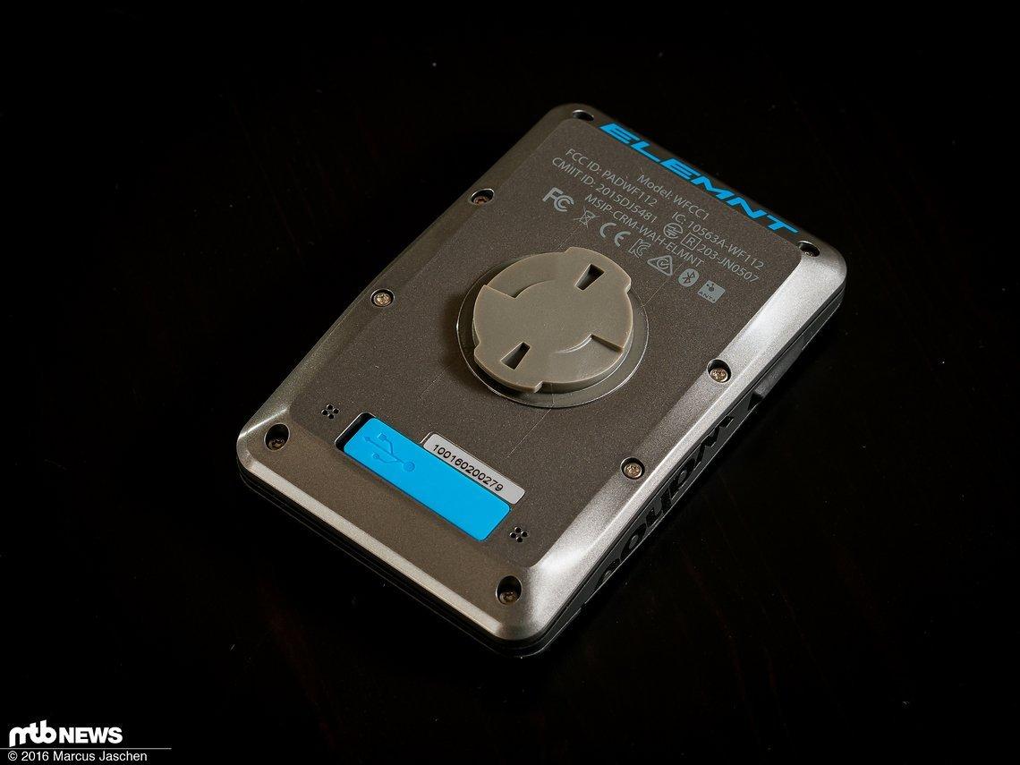 Die Rückseite mit Bajonett-Befestigung und USB-Ladebuchse