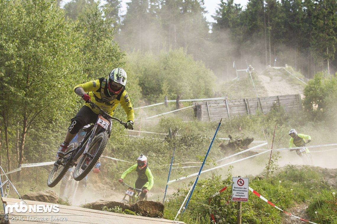 Max Kruse springt als einer der wenigen über die Holztraverse in Willingen