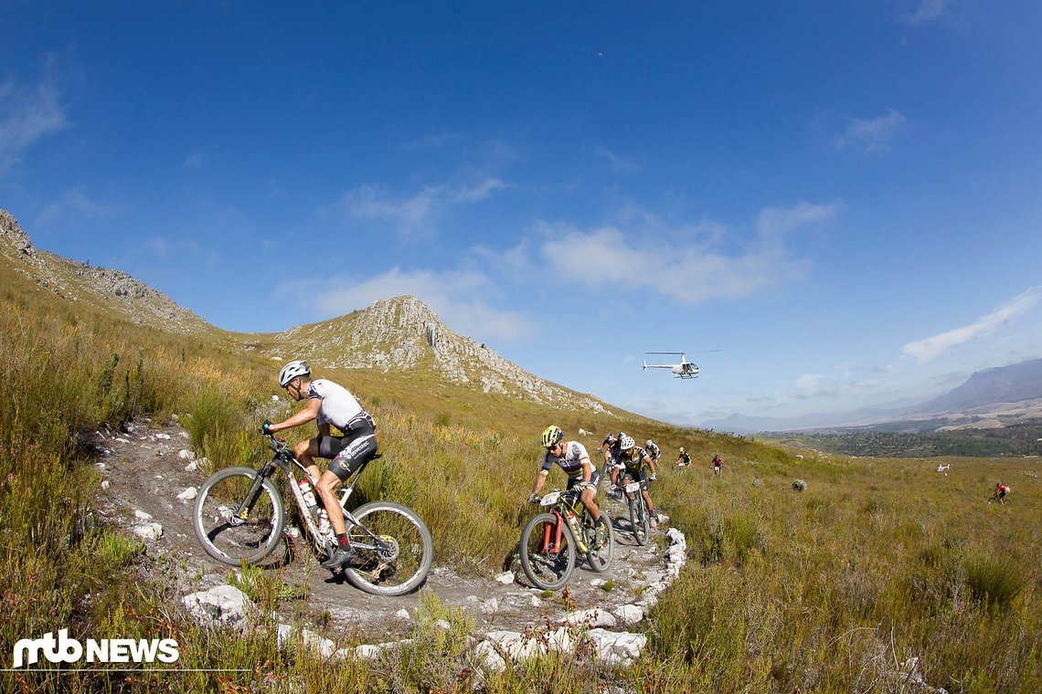 Christoph Sauser führt die Spitzengruppe den Berg hinauf