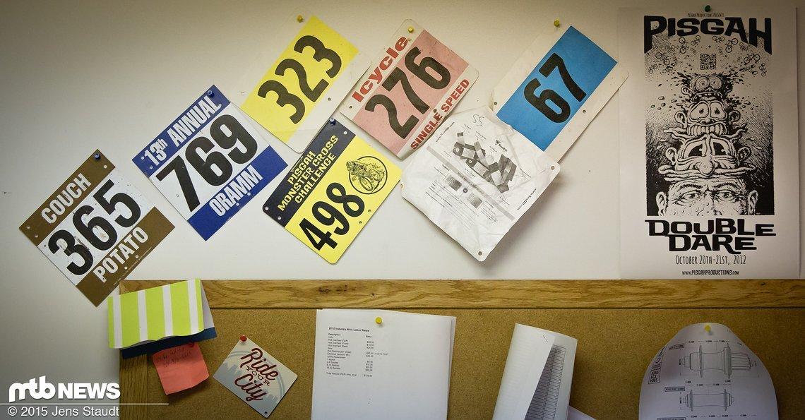 Alle Mitarbeiter sind Vollblutmountainbiker und dementsprechend hängen überall Startnummern an den Wänden