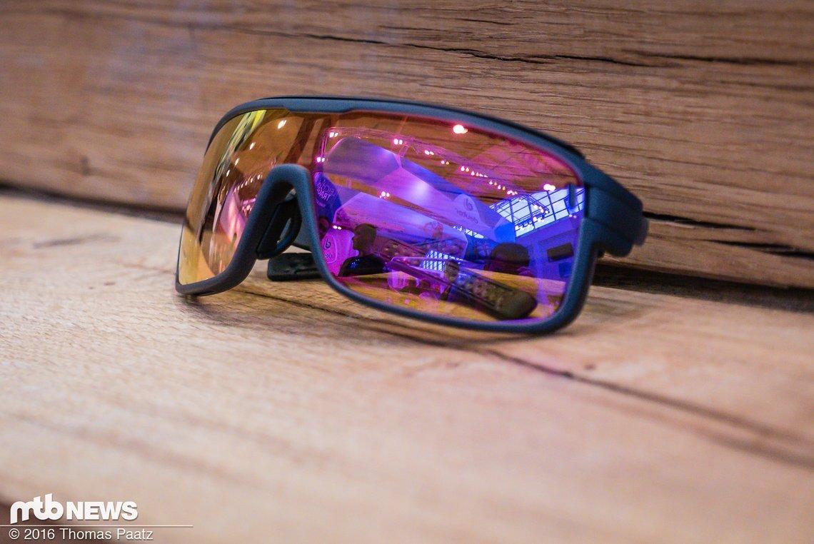 Die rötlich verspiegelten Filter sind photochromatisch und verdunkeln sich automatisch bei starker Sonneneinstrahlung