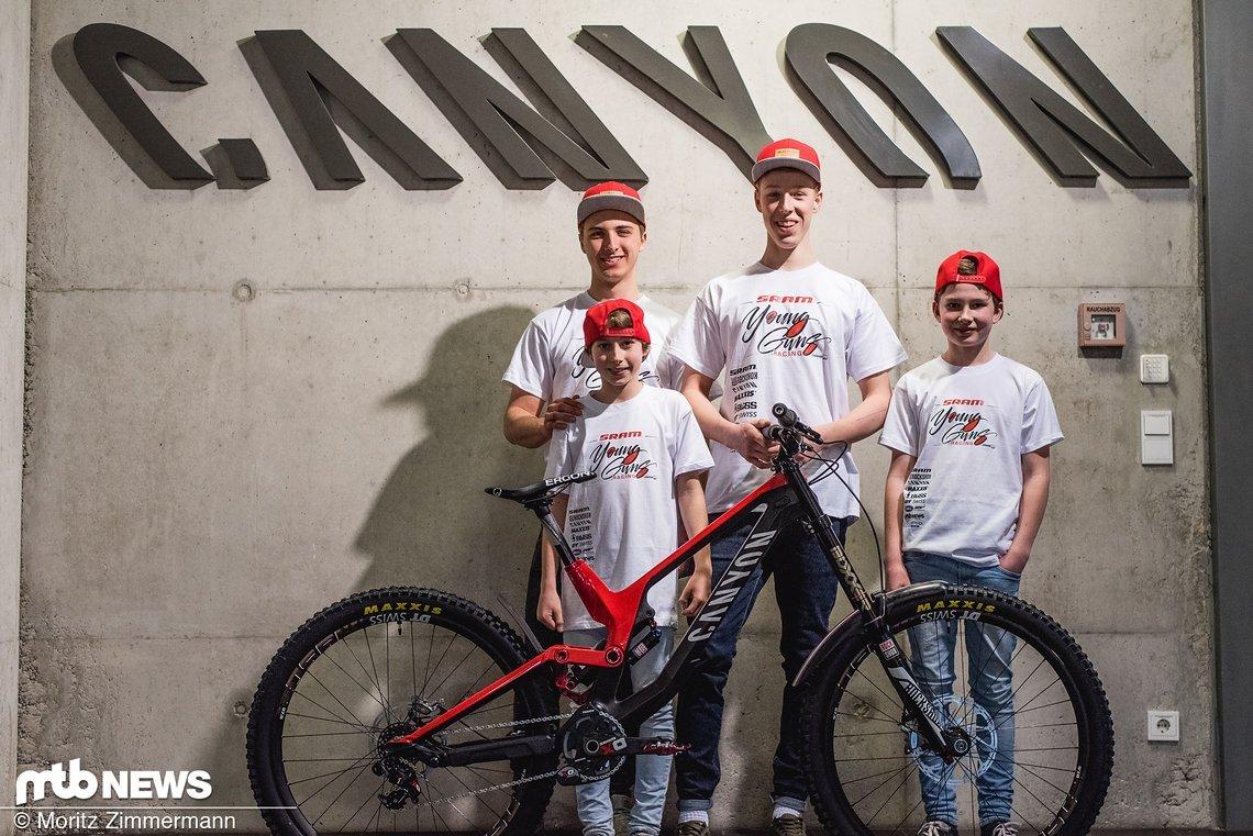 Freude über das neue Arbeitsgerät: Die Young Guns werden zukünftig auf Canyon unterwegs sein