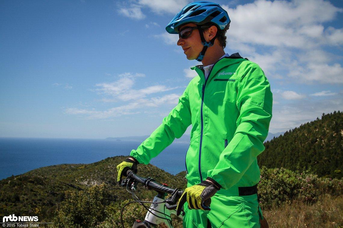 Qloom aus der Schweiz hat eine volle Mountainbike-Kollektion, aus der wir uns drei Bekleidungsstücke als Testmuster haben kommen lassen