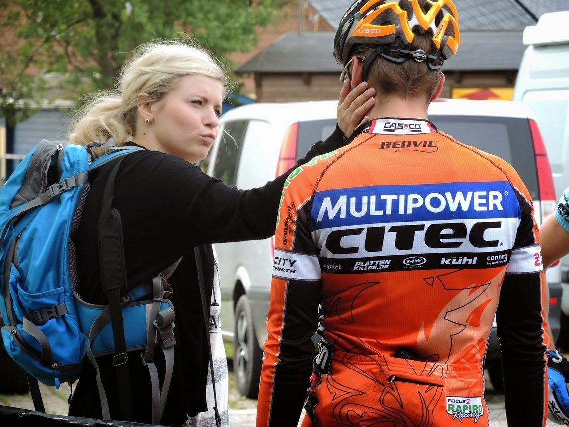 Das hat der Held sich verdient. Ella mit Alex Rebs bei der Aufarbeitung des Rennens. www.alexander-rebs.de