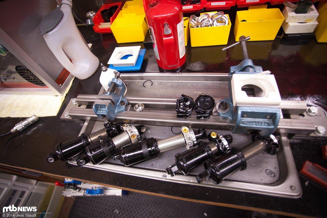 Verschiedene Stadien von Prototypen über der Ölauffangwanne