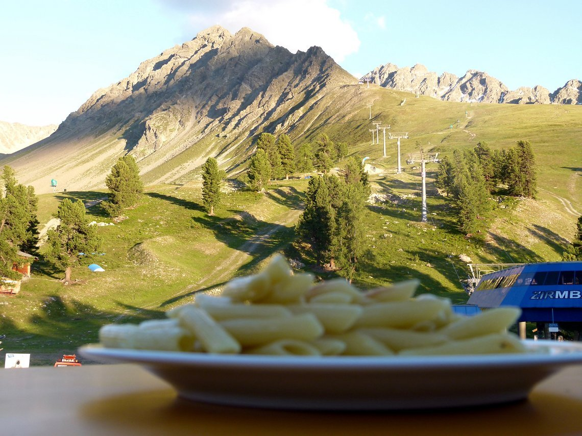 Nauders, wo die Berge den Himmel küssen und der Gaumen nach Kohlenhydraten verlangt.