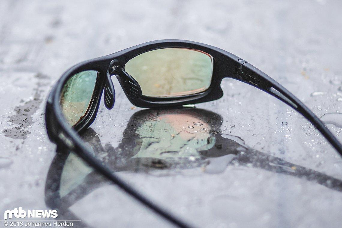 Der BlueBlocker lässt die Gläser in einem grünlichen Ton schimmern