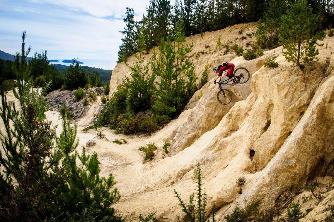 Kleine Rampageeinlage mit Meerblick im Bikepark von Kaiteriteri