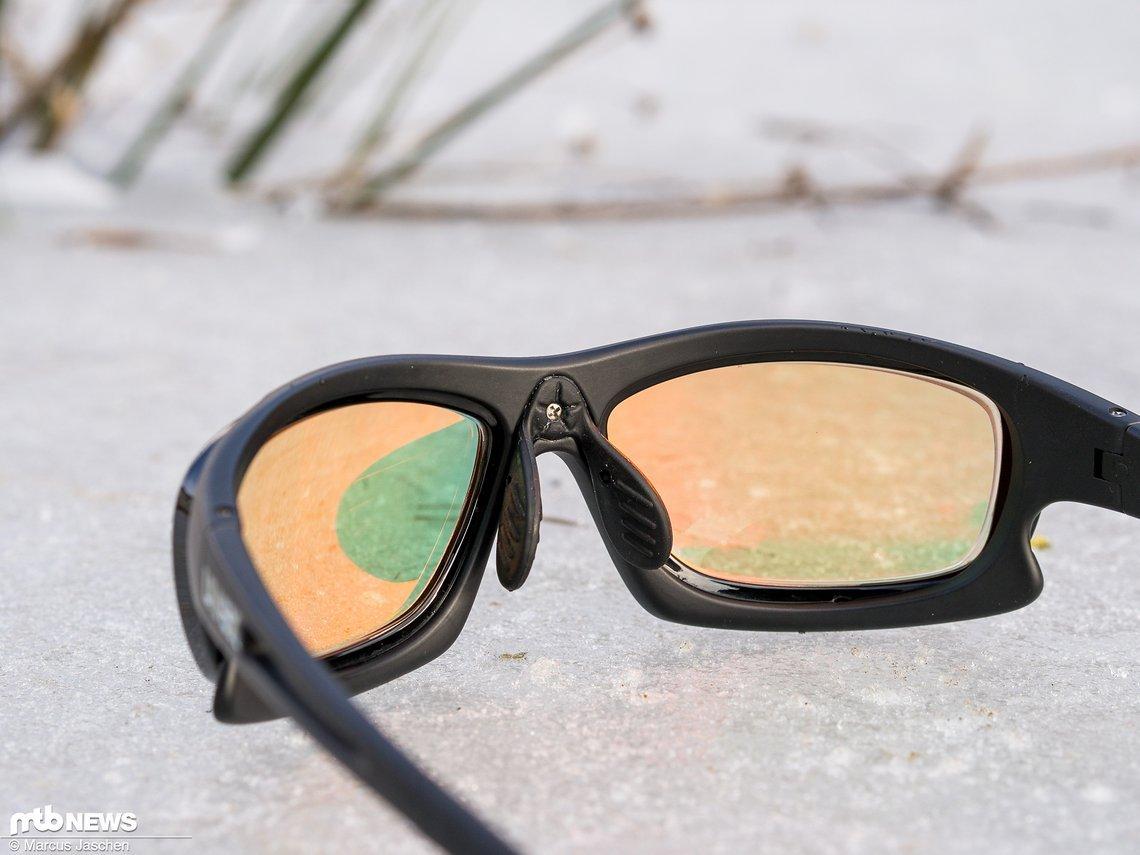 Im Schatten des Nasenstegs sieht man die Grüntönung der Gläser