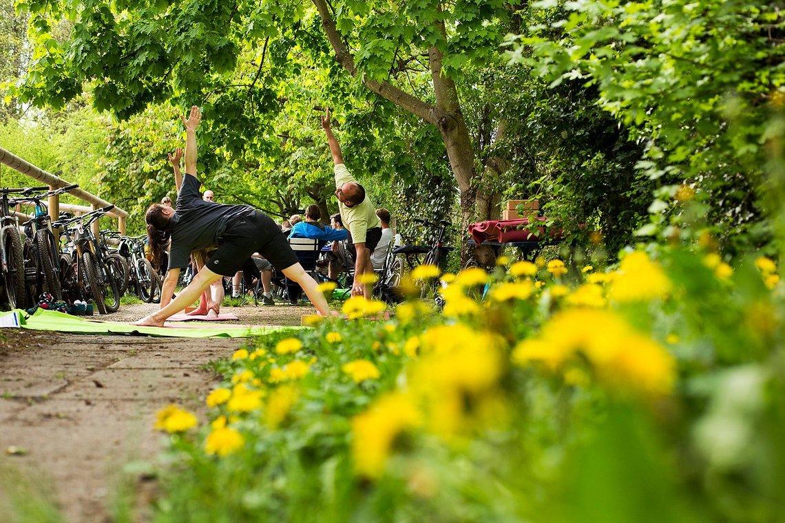 Nicht nur für gute Laune sondern auch hilfreiche Ausgleichsübungen bekannt: Sarah und ihre auf Radfahrer angepassten Yoga-Kurse zum Kennenlernen.