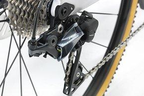 Ein  Ultegra RX-Schalwerk mit Dämpfung wechselt die Gänge – im Bild die mechanische Variante