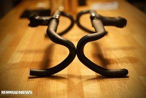 Rennrad-Lenker krümmen sich frei im Raum