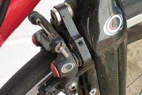 Die Oval Bremse ist hinter der Gabelkrone vor dem Luftstrom versteckt