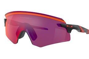 Mit dem umschließenden Brillenglasdesign mit Aufprallschutz ...