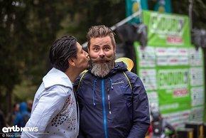Unsere Zauberfee und Chefredakteur Rico wird für sein gutes Rennen und sein Jubiläum, bisher bei allen der 5 Enduro One Rennen am Ochsenkopf dabei gewesen zu sein von Michael mit einem Bussi belohnt.