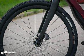 Die auf den hauseigenen Laufrädern montierten Maxxis Rambler Reifen sollen für den nötigen Halt auch auf losem Boden sorgen