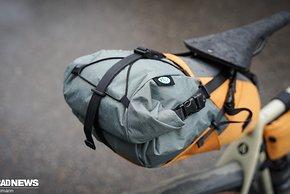 Satteltasche mit Spann-Netz oben und doppelter Aufhängung