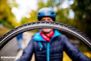 Reifen mit massivem Pannenschutz und Ganzjahres-Mischung