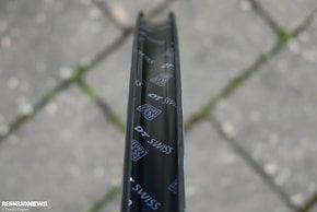 Das Felgenbett hat klassische Haken und kann mit fast allen handelsüblichen Reifen bestückt werden.