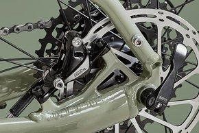 ...und hydraulische SRAM Rival Disc-Bremen im Postmount-Standard