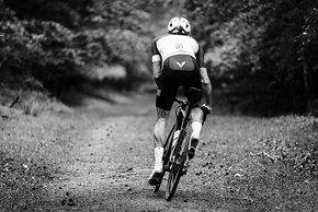 Auch ein Ausflug auf Gravel schreckt den modernen Rennradfahrer nicht zurück