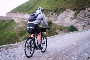 James kämpft sich bergauf durch den Schotter auf der strada dell'Assietta