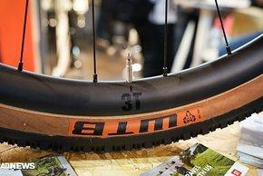 ...auf extrabreiten 3T Carbon-Laufrädern