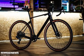 Das Nuroad C:62 SLT rollt auf neuen Newmen Carbonlaufrädern