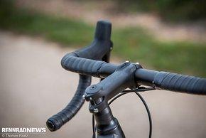 Cockpit fast wie beim Rennrad: traditionelle Vorbaulänge...