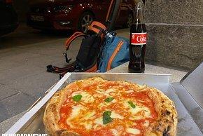 Neapolitanische Pizza. Belohnung fürs frühe Aufstehen und lange Treten.