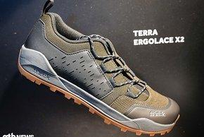 Die fi'zi:k Terra Erggolace X2-Schuhe soll sich vor allem an All-Mountain- und Trailbiker richten, aber auch im Alltag eine gute Figur machen.