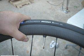 Wir sahen den Michelin Mechanikern bei Wechsel der Bereifung auf Tubeless Ready von über 20 Laufrädern verschiedener Hersteller zu.
