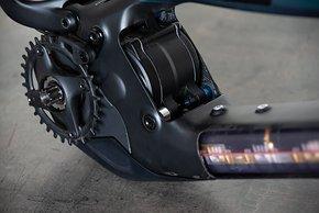 Die kompakt gestaltete Motoraufnahme aus dünnwandigen Aluminium nimmt das Kraftaggregat formschlüssig auf.